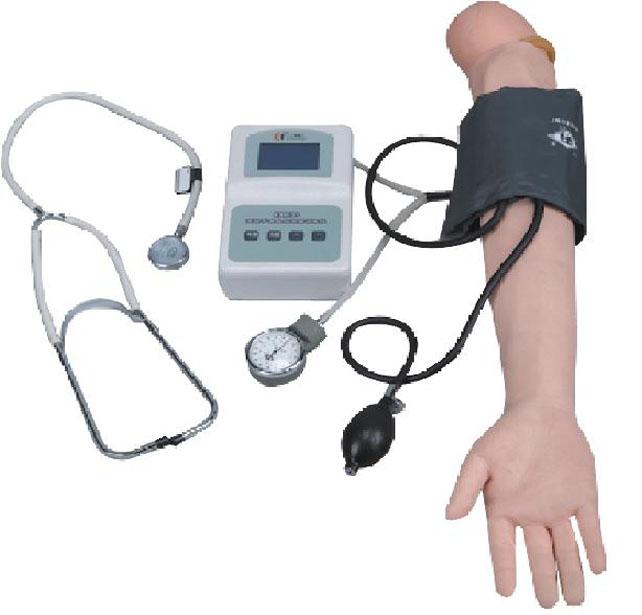 【用物准备】 血压计、听诊器、记录本和笔。 【操作方法及程序】 1.上肢血压测量法: (1)检查血压计。病人取坐位或卧位,使肱动脉与心脏在同一水平,露出手臂。 (2)放平血压计,驱尽袖带内空气,平整地缠于上臂,使下缘距肘窝2~3厘米,松紧以能放入一指为宜,放开水银槽开关。 (3)戴好听诊器,将听诊器胸件放在肱动脉搏动处并固定,向袖带内充气, 至动脉搏动音消失,再加压使压力升高20~30mmHg(2.
